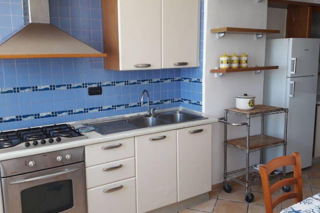 ampia cucina soggiorno