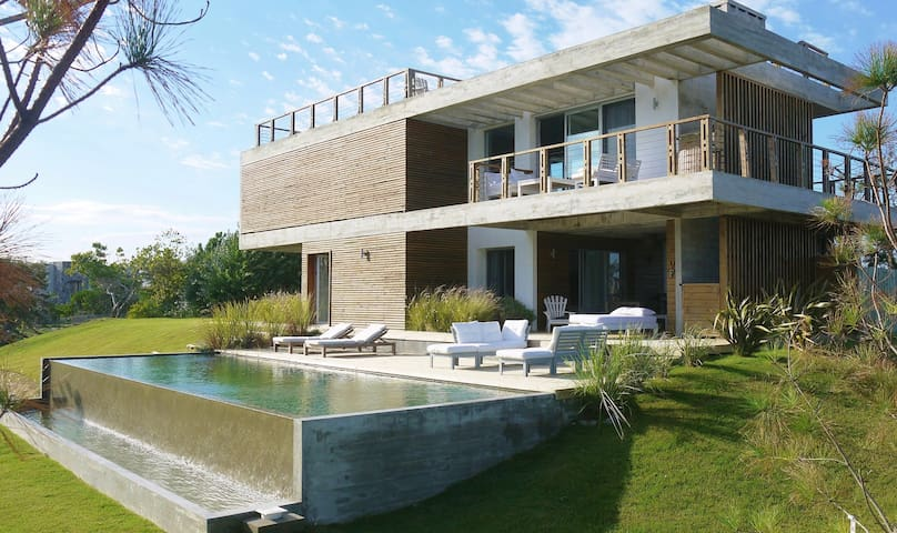 *MODERN  BEACH HOUSE-Beautiful ocean views + pool*