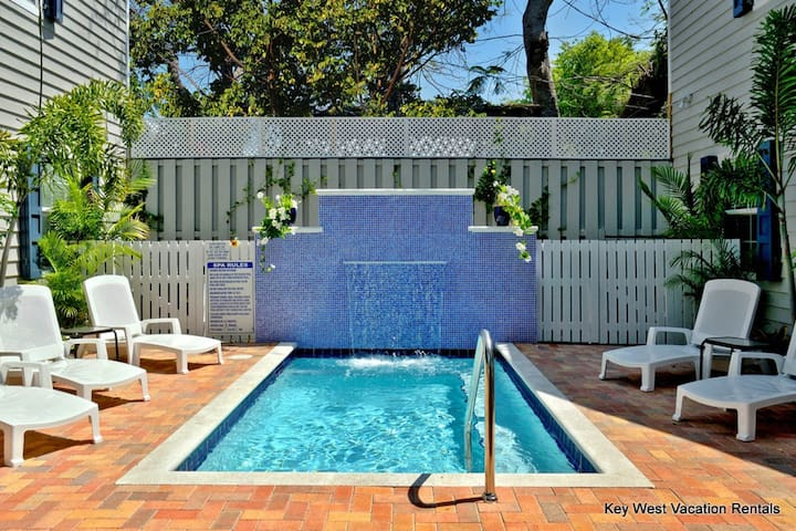 Cute dog-friendly tropical condo close to attractions w/a pristine shared pool