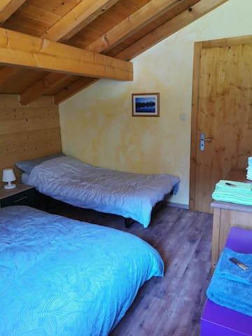 Chambre 2: lit double 160x210cm + lit simple 90x200cm