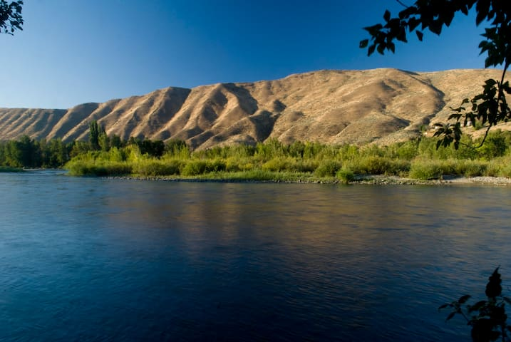 We're nestled on the banks of the gorgeous Wenatchee River.