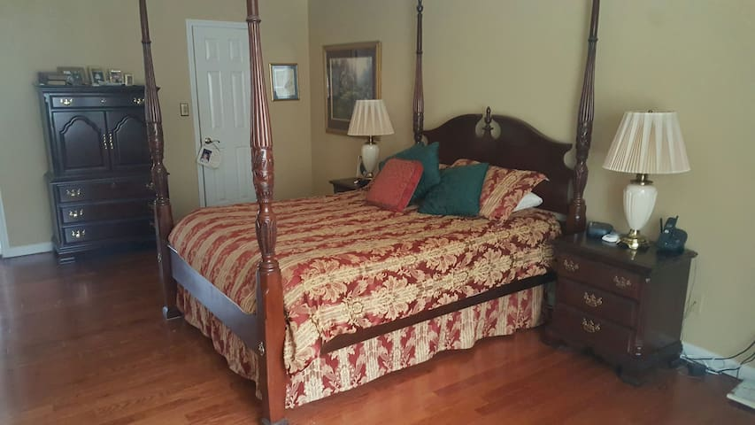 Master Bedroom in Traditional Home - Fayetteville - Haus