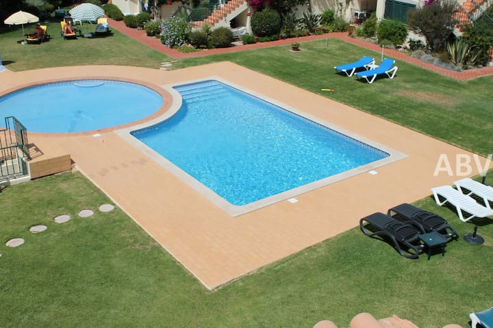 Lovely 2 bedroom apartment, 5 min drive from town