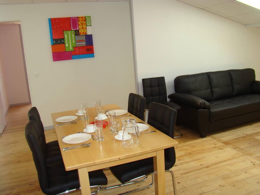 Une salle à manger et un salon spacieux