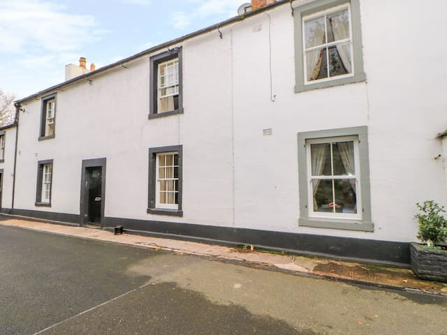 OTTERS HOLT, pet friendly, with hot tub in Carlisle, Ref 972665