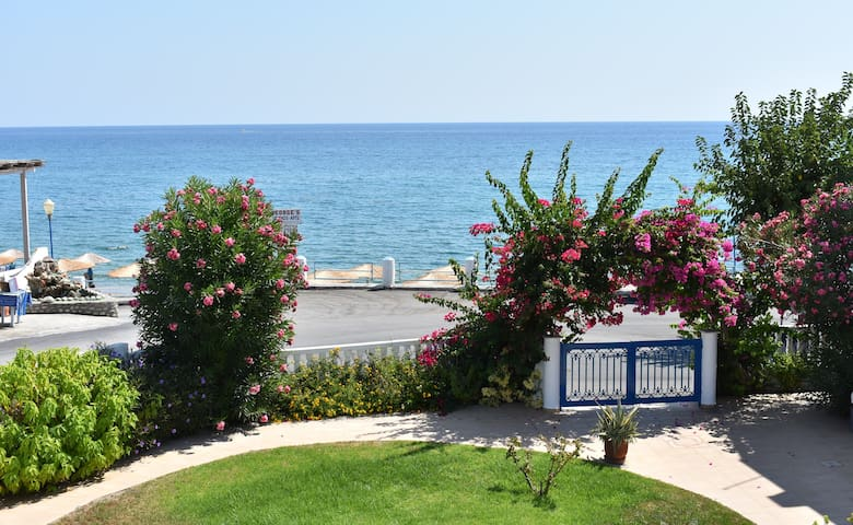 Apartment for 2, 30m from beach, sea-garden view