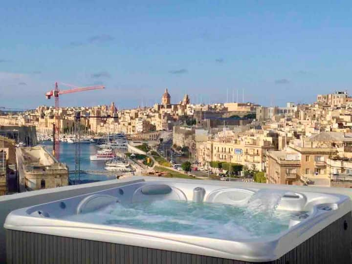 Deluxe Penthouse Suite: Jacuzzi, Private Terraces