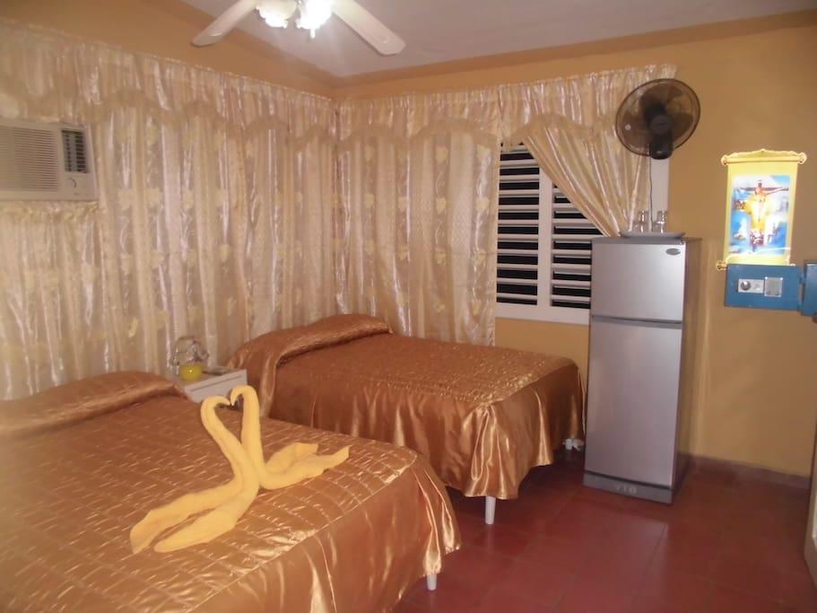 Habitación de los clientes independiente con 2 camas cameras, aire acondicionado moderno, minibar, baño independiente