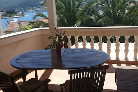 Red apt ( sea view, terrace, for 2) - Appartement