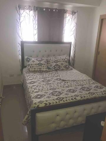 Queen bed, A/C inside the room, closet, A Safe & desktop with mirror   Habitación principal cama queen/Aire, caja fuerte y closet
