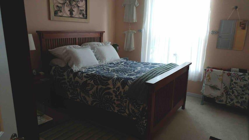 Guest room queen bed.