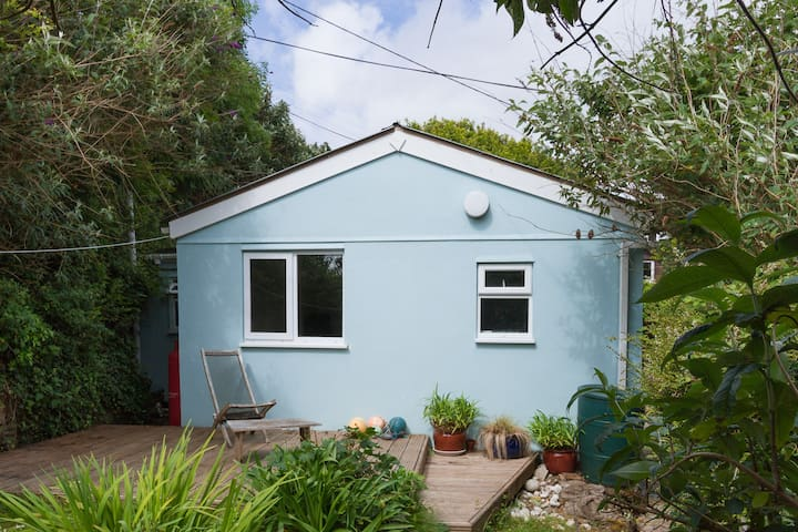 Lormor - private coastpath bungalow with parking