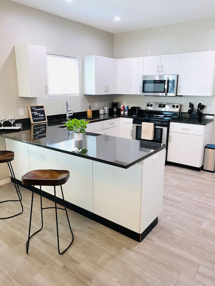 #4 *LUXURIOUS* 2 BED 2 BATH APARTMENT * COMFORT *