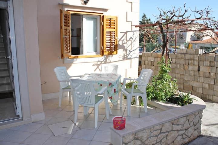 One bedroom apartment with terrace Supetar, Brač (A-6037-b)