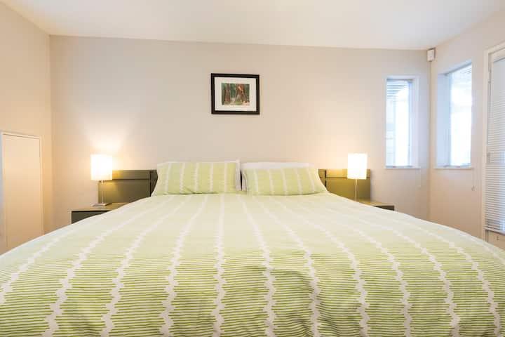 Modern Bed and Breakfast - Mod 3 Room Near Menil
