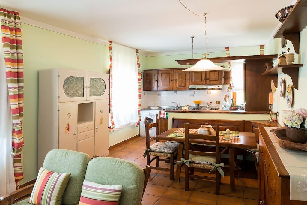Cucina con area relax e camino