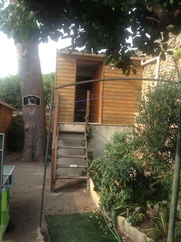 Lit double dans cabane sous un pin - Marseille - Cabane