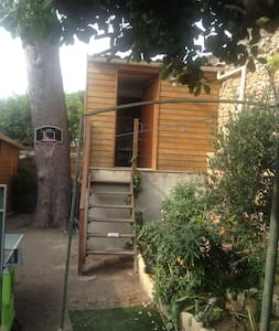 Lit double dans cabane sous un pin - Marseille