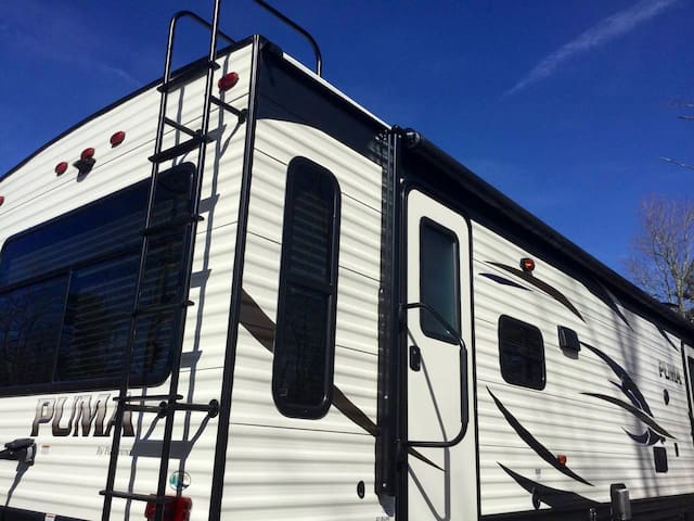 2019 puma 30' camper w/slide out, heat & air unit with roll out awning