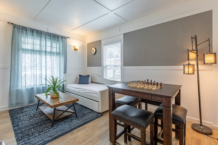 (803#3) Artistic and comfortable main floor unit