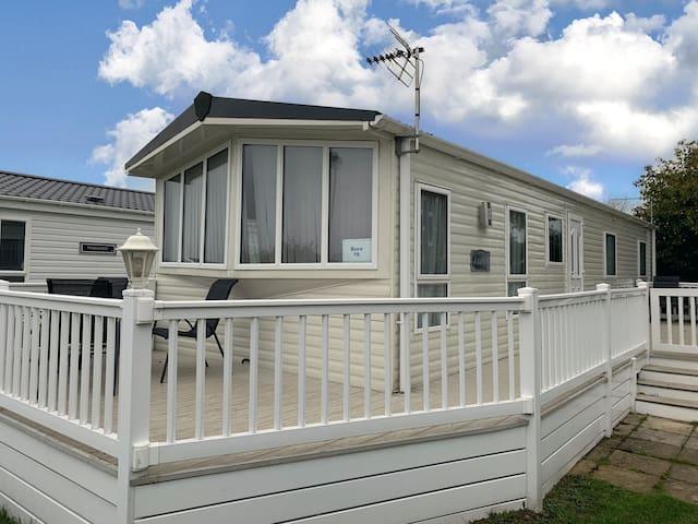 Luxury caravan sleeping 8 with a great feel of space in Norfolk ref 10016B