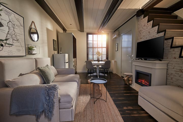 Cozy cottage with river view and parking (55)