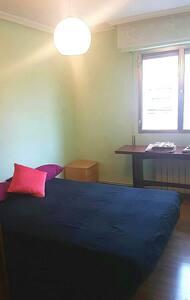 Clean, cozy, heated room - Madrid