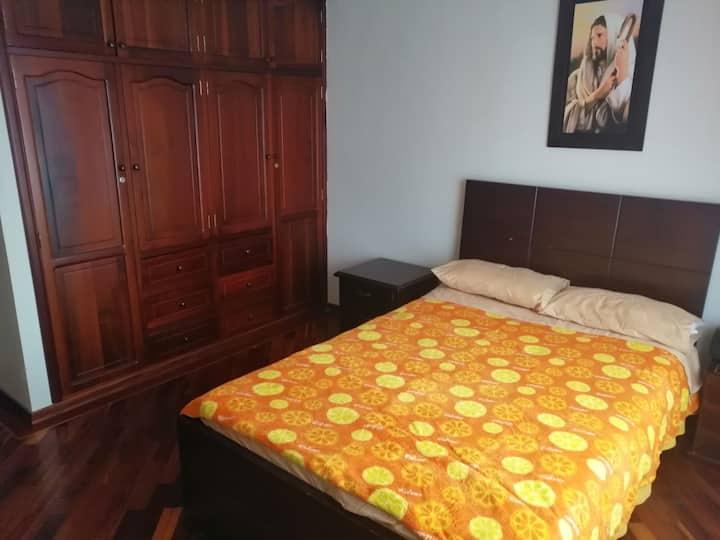 Habitación cómoda en sitio residencial