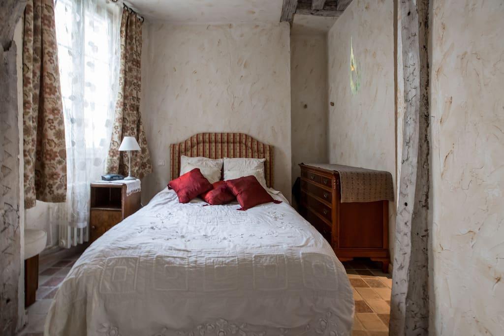 chambre tres acceuillante et confortable avec lit de 140 mais calme et lumineuse