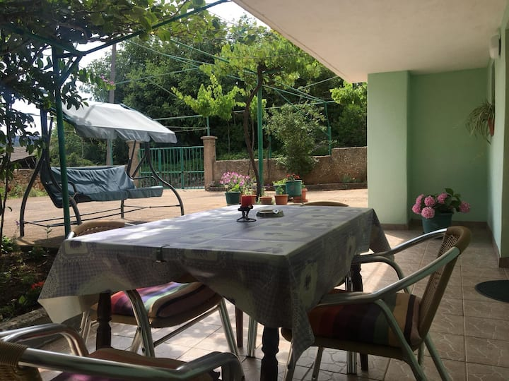 Garden APT w TERRACE - FREE parking