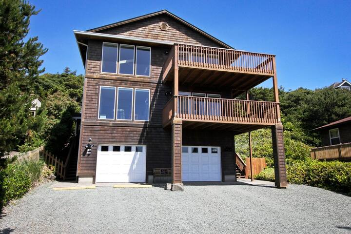 MANZANITA MAGIC UPPER~MCA# 277~Walk able to town and across from the beach! - 3 Bedroom, 2 Bathroom