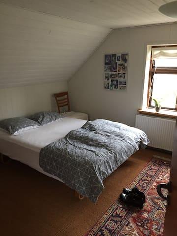 Dobbeltseng i soveværelse i overetagen.