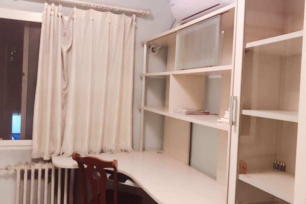 房间的书桌