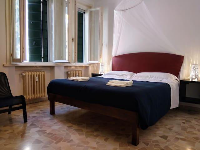 La tua camera, semplice e in ordine, con tutto ciò che serve.