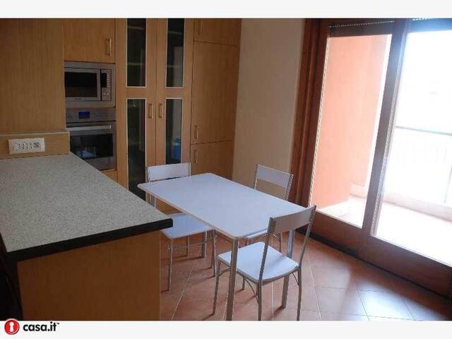 Tavolo per mangiare con parete attrezzata cucina