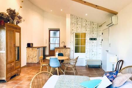 Studio indépendant dans propriété avec piscine