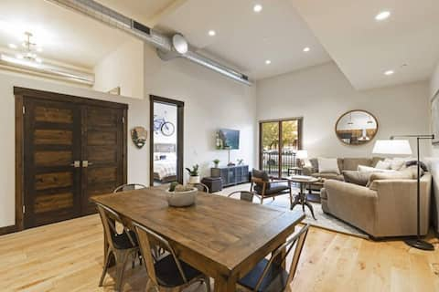 Luxe In-Town Chic Condo, NEW Mgmt Walk Everywhere!