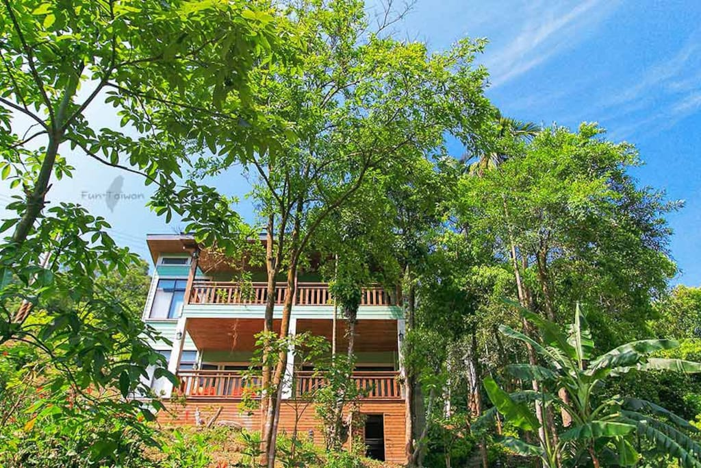 隱身翠綠山林間的寧靜別墅
