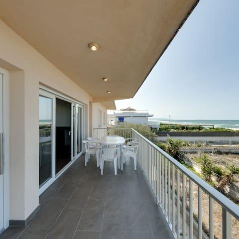 Chalet en primera linea de playa con vistas al mar