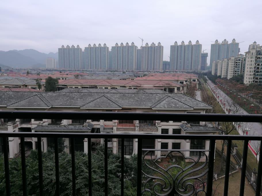 客厅阳台面向中庭,坐北朝南,采光良好