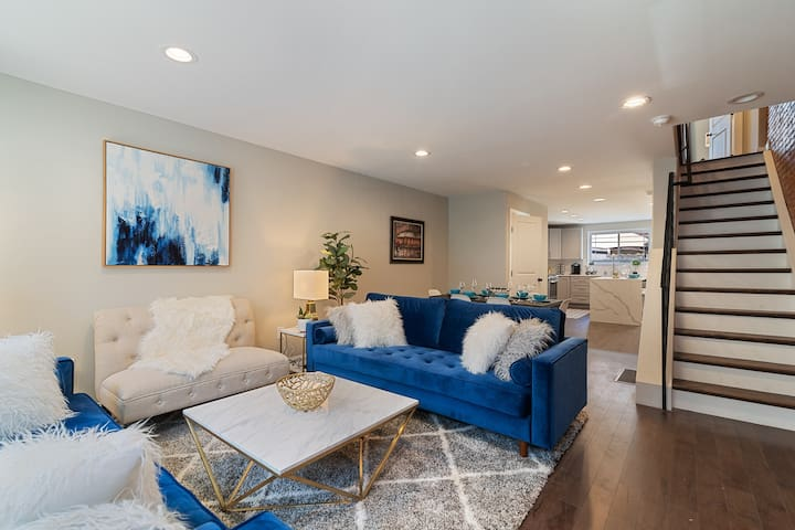 Huge MODERN LUXE Home | Minutes to Center City