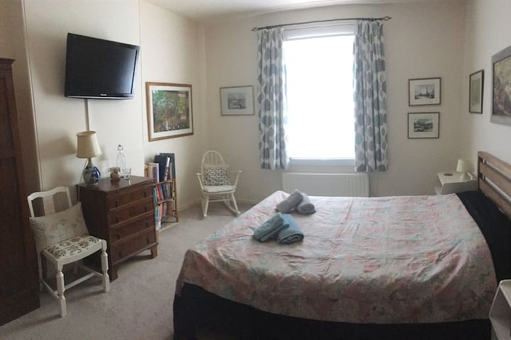 Light, spacious double room in Victorian house