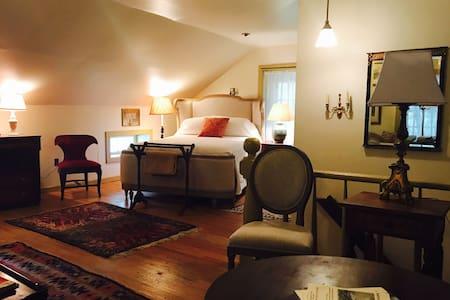 Horned Dorset Colony Library Room 5 - Leonardsville  - Rumah