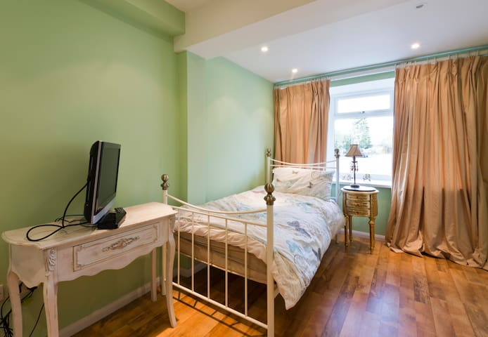 Cosy single room in friendly house - Marlow