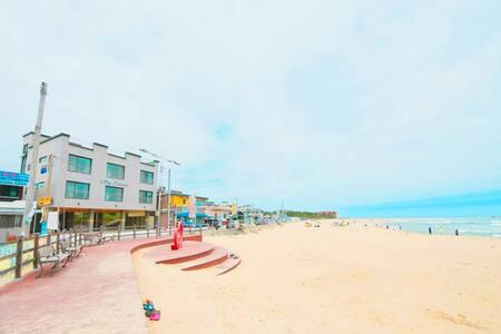 바다가 내려다 보이는 신축 큰섬 펜션 301호에서 제트스파를 즐기며 즐거운 시간 보내세요.