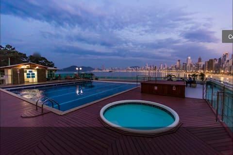 LOFT encantador com garagem e piscina Prédio frente MAR