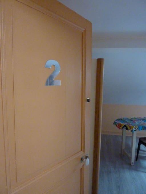 La porte de la chambre  Clef de la chambre à disposition