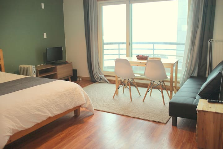 #202 Spacious for 2, near beach & airport - Jeju-si - Casa