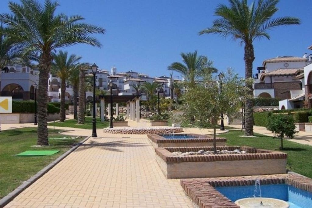 Agradable entorno con fuentes y jardines