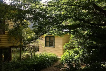Backpacker cottage 1 | rustic share accommodation - Wandiligong - House